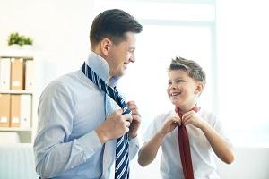 chlopiec i mezczyzna wiaza krawat