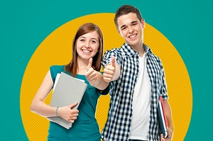 usmiechnieci uczniowe kciuk do gory