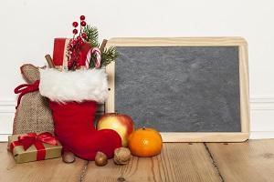 swiateczny but z prezentami przy tablicy