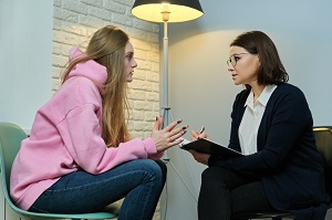 psycholog rozmawia z mloda dziewczyna