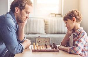 ojciec z synem graja w szachy