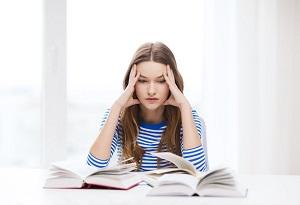 zestresowana dziewczyna uczy sie do egzaminu
