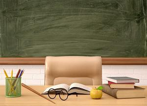 biurko nauczyciela na tle tablicy