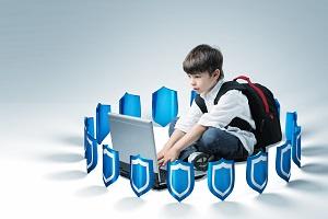 uczen ototoczony tarcza ochronna korzysta z laptopa