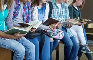rzad uczniow czytajacych ksiazki