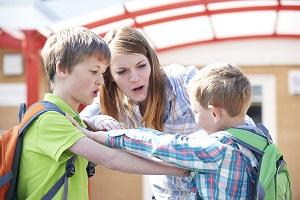 nauczycielka łagodzi spor miedzy uczniami
