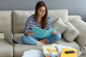dziewczyna uczy sie w domu