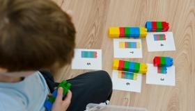 chlopiec korzysta z klockow lego na uczac sie matematyki