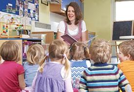 nauczycielka czyta dzieciom