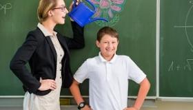 nauczyciel z uczniem przy tablicy