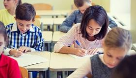 uczniowie pisza test w klasie