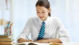 uczennica w krawacie i ksiazkami