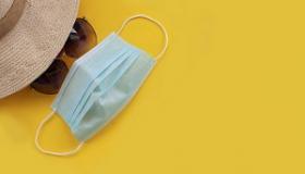 maseczka ochronna okulary przeciwsloneczne kapelusz