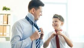 chlopiec i mezczyzna wiaza krawaty