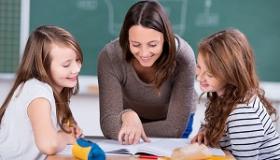nauczycielka tlumaczy uczennicom