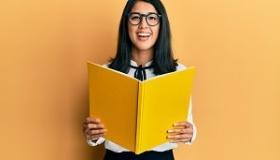 dziewczyna czytajaca