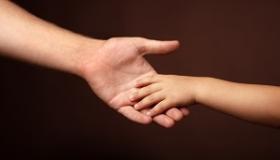 dlon dziecka i osoby doroslej