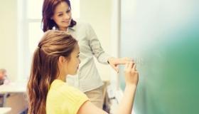 nauczycielka z uczennica przy tablicy