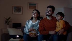 rodzina oglada wspolnie film wieczorem