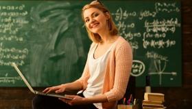 kobieta korzystajaca z laptopa w klasie