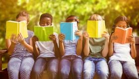 dzieci czytajace ksiazki