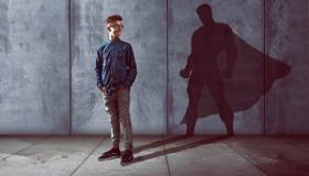 nastolatek z cieniem superbohatera
