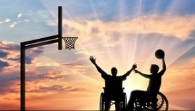 chlopcy na wzoku inwalidzkim graja w kosza