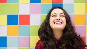 usmiechnieta dziewczyna na tle kolorowych kwadratow