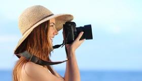 kobieta robi zdjecia na plazy