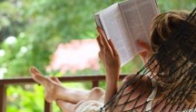 kobieta czyta ksiazke na hamaku
