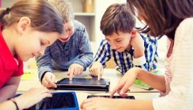 dzieci korzystajacy z tabletow i smartfonow