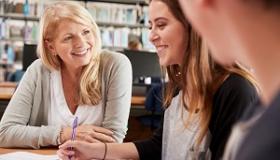 nauczycielka rozmawia z uczniami